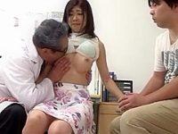 セクハラ診察盗撮!医師にピンク乳首を舌で転がされ旦那の手を握って耐える美巨乳妻