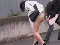 強襲タイトスカート剥ぎ取り!Tバックお尻を路地裏で隠してると襲いかかり丸出し