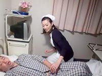 病室でこっそり手コキ発射!精子が欲しくて深夜に患者のチ〇ポをシゴく痴女看護婦