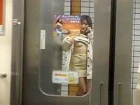駅のホームで丸見えオナニー!電話で指示されるがままおま〇こを広げてイジる露出痴女