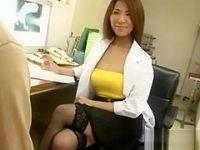 診察中に内緒で手コキ抜き!谷間を見せて挑発する女医に勃起するとニヤッとしてシコシコ