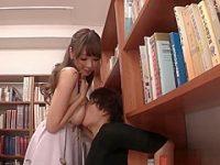 図書館でおっぱいパフパフ!ノーブラ胸チラを見られると押しつけてあげる巨乳痴女