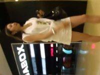 店内パンチラ盗撮!エスカレーターで会話してると黒パンツを見られてるミニスカ美女