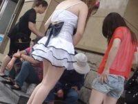 街中パンチラ盗撮!手で隠しても食い込みパンツ丸見えの短すぎるスカートのギャル