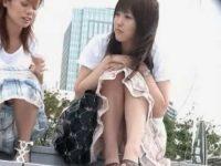 階段座りパンチラ盗撮!膝を閉じてても正面からモリマン純白パンツ丸見えの美少女