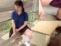 野外オナニー盗撮!周りを気にしながらベンチの角に押し付けグラインドする制服娘