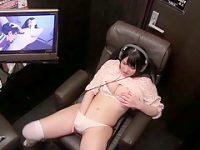 ビデオボックスオナニー!個室で自分が出演する作品を見ながら大股開きでイジる女優