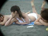 ビーチでおっぱいポロリ!日焼け跡を気にしてビキニを外すと乳首が出ちゃうギャルたち
