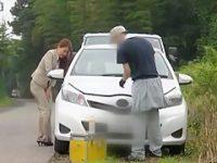車修理中に我慢できずお漏らし!その場を離れられずズボンがびちょびちょの美人OL