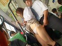 バスぶっかけ痴漢!ミニスカ娘のお尻にぐいぐい押しつけ無理やり握らせ手のひらに発射