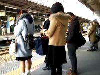 駅構内でスカートめくり!ミニスカギャルを追跡してパンスト越し派手パンツ丸出し