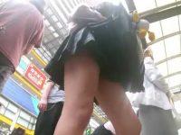 バス停で逆さ撮りパンチラ!ぼんやり立ってるとピンクパンツを見られちゃう制服娘