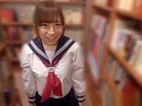 図書室で隠れてフェラチオ!チ〇ポを見せると音を出さないようにしゃぶってくれる女子