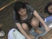 公園パンチラ胸チラ!しゃがんだり横になったりして谷間も生理パンツも丸見えの女性