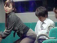 バス痴女痴漢!後部座席でお尻を押しつけ誘惑するとパンストを破ってメリメリ挿入
