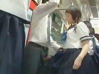 満員バスでこっそりチ〇ポを引っ張り出す痴女制服娘に精子を搾り取られるおじさん