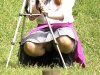 野外しゃがみパンチラ!カメラ撮影しながらパンツを撮影されてるむっちり制服女子