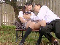 公園ベンチで昼間から潮吹き!おっぱいを揉まれてうっとりする美乳女子に高速手マン