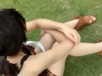 公園で座るぺちゃぱいギャルの胸チラ!少しでも隙間があれば乳首が見えるまでズーム