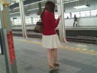 駅構内でスカートめくり!エスカレーターでむちむち下半身エロパンツを狙われる娘たち