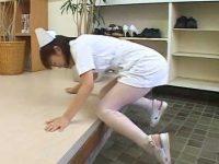 病院玄関で我慢できずお漏らし!しゃがみ込むと勢いよくおしっこが噴き出す看護婦