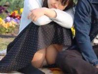 公園座りパンチラ!彼氏に寄り添い幸せそうな顔して純白パンツ丸見えのむっちり彼女