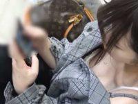 駅ホームで胸チラ!胸元を開けたギャルに近づくとブラに押しつぶされた梅干し乳首