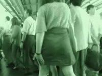 満員電車痴漢!人混みの中でスカートをめくられて足早に逃げるように下車する女性