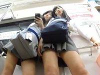 2人同時パンチラ!電車で仲良く寄り添いずっとパンツが見えてるミニスカ制服娘