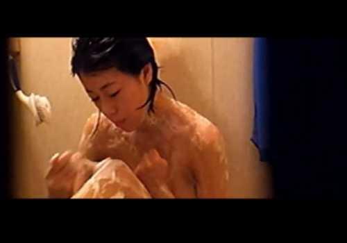 盗撮民家風呂!丁寧にムダ毛処理する女の子を覗く、カメラ目線になるもバレていない