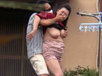 背後から突然乳揉み痴漢!庭先で熟女のだらしなく垂れ下がるおっぱいを乳首責めレイプ