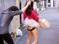 美人妻スカートめくり盗撮!パンツを見たお返しにチ〇ポを見せていきなり生ハメ中出し