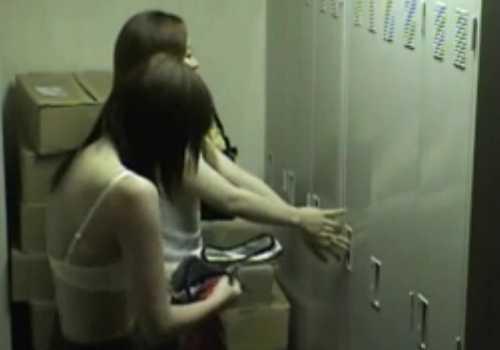 盗撮更衣室!制服に着替えるバイトの子、次々入ってきてかわいいブラが見える