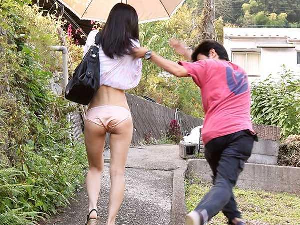 突然のスカートめくり盗撮され生ハメ中出し許すパンチラ人妻4