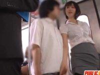 電車内で「見てたでしょ?」謝る男のチ〇ポをシゴく痴女「でちゃうじゃなくてイクでしょ?」