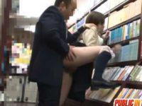 パンチラしてる女の子を本屋でこっそりハメる!大人しくチ〇ポをしゃぶりヤラられてる