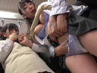 満員電車見せつけ痴漢!目の前で手マンされて感じる友達に発情する女子
