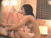盗撮 お風呂でカラダを洗う女の子たち!微乳でも上を向いた若いおっぱいがいい感じ