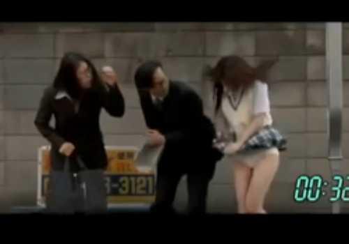 バスを待つ女の子の前をバイクが通りスカートがめくれる!パンツ丸見え!短編です
