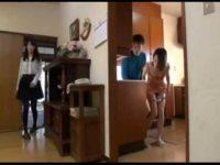 娘の彼氏とハメる母!バレないように台所でハメて娘が外出するとベットでヤリまくってる