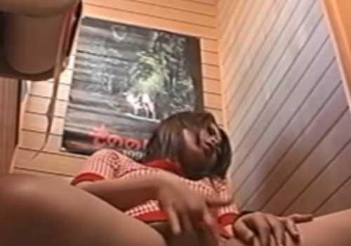 トイレでオナニーする女の子!高速で指を動かすと盛り上がってきておっぱいも出してる