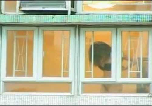 盗撮マンションの窓際で着替える女!下半身丸見えで興奮したバックの声がうるさい