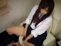 トイレ盗撮!オナニーしてる女の子2人、やさしく指を動かしてあっさり終わってる