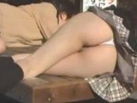 盗撮パンチラ!公園で丸見えの制服女子たち、ズームで具が見えそうなエロいパンツ