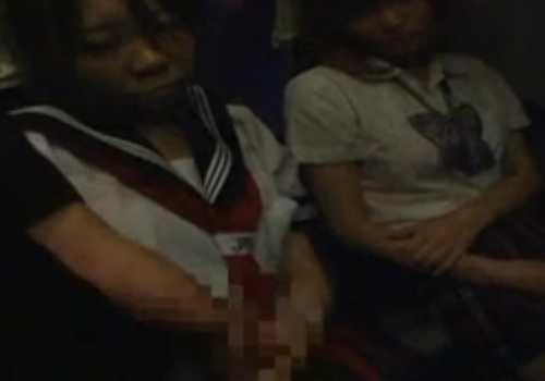 夜行バスで寝てる女の子をスカートめくり!チ○ポを出してシゴきだしぶっかけてる