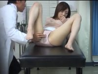 診察でリハビリする人妻「奥さん濡れ過ぎだ!」バイブでイジり中出しする医者