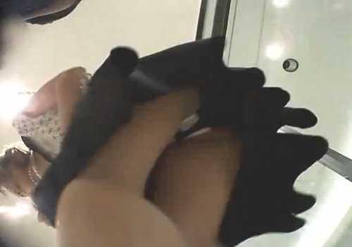 盗撮かわいい店員のパンチラ!逆さ撮りとしゃがみを狙う、女の子の日かと思ったら白黒のパンツのよう
