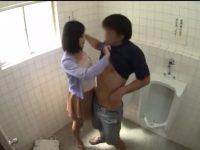 トイレの落書きに電話すると痴女!来てすぐ「いいことしよう!」トイレでハメさせられる