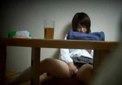 勉強してる女の子が飽きてしまったのかオナニーし始める!白のパンツに手を突っ込み吐息を漏らして感じてる
