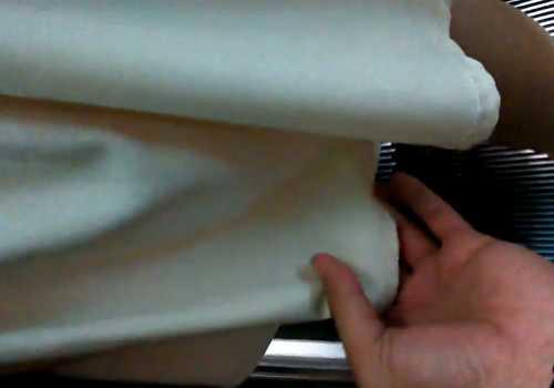 エスカレーターで逆さ撮りパンチラ!生足の白パンツを激写、そーっとスカートめくりにも挑戦してる